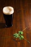 Cerveza y tréboles negros Foto de archivo