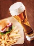 Cerveza y una hamburguesa Fotos de archivo libres de regalías