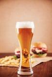 Cerveza y una hamburguesa Imágenes de archivo libres de regalías