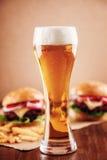 Cerveza y una hamburguesa Fotos de archivo