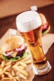 Cerveza y una hamburguesa Foto de archivo libre de regalías