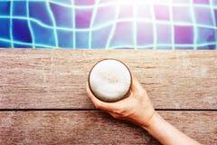 Cervezas de consumición en la caída Seson del verano r Mano que sostiene el vidrio de la abeja Fotos de archivo