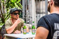 Cervezas de consumición en una barra fotos de archivo libres de regalías