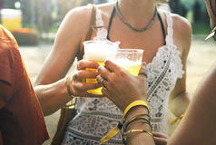 Cervezas de consumición que disfrutan de festival de música junto imagen de archivo libre de regalías