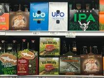Cervezas de IPA en un colmado foto de archivo libre de regalías
