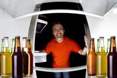 Cervezas en el refrigerador imagen de archivo