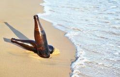 Cervezas en la playa - icono Grecia del verano fotos de archivo