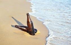 cervezas en la playa - isla Grecia del verano fotos de archivo