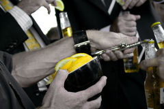 Cervezas en un partido con el limón Imagenes de archivo