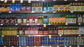 Cervezas importadas que venden en el supermercado fotos de archivo libres de regalías