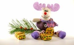 Cervi del giocattolo della peluche che si siedono vicino al ramo ed ai regali Immagini Stock Libere da Diritti