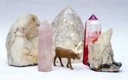 Cervi del giocattolo fra i cristalli Fotografie Stock