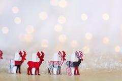 Cervi di legno di Natale su un fondo del bokeh Immagine Stock