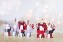Cervi di legno di Natale su un fondo del bokeh Fotografia Stock