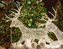 Cervi fatti dalla ghirlanda sotto l'albero di Natale decorato Fotografia Stock