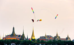 Cervi volanti sopra Bangkok al crepuscolo, Bangkok, Thailandia. Fotografie Stock Libere da Diritti