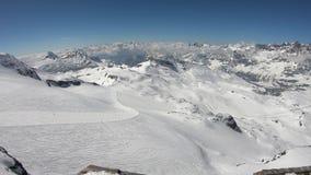 Cervinia, Itali? Groot landschap van de hellingen en de vallei van Plateau Rosa bij 3.480 meters boven overzees - niveau Italiaan stock footage