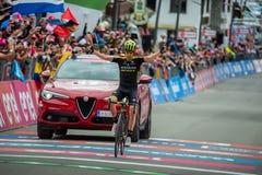 Cervinia, Itali? 26 Mei 2018: Mikel Nieve, Team mitchelton-Scott, gaat de afwerkingslijn en de winsten over stock afbeeldingen