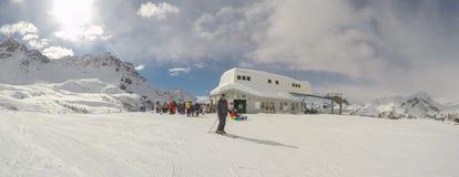 Cervinia, Italia Vista panoramica dei pendii Alpi italiane nell'inverno alla stazione sciistica di Breuil Cervinia Fotografia Stock