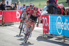 Cervinia, Italie le 29 mai 2015 ; Le groupe de cyclistes professionnels aborde la dernière montée Photos libres de droits