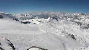 Cervinia, Itália Grande paisagem das inclinações e do vale do platô Rosa em 3.480 medidores acima do nível do mar Cumes itali filme