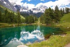 Cervinia Valle d'Aosta, Italien. Sjöblått. royaltyfri bild