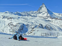 Cervino con el esquí de algunos esquiadores Imagen de archivo libre de regalías