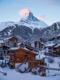 Cervino sobre Zermatt en las montañas suizas Foto de archivo libre de regalías
