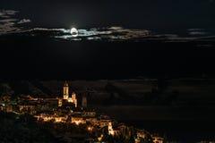 Cervo发光夜的历史镇在月光下和在利古里亚里维埃拉,著名trav海岸线的满天星斗的天空  库存图片