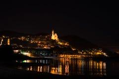 Cervo发光夜的历史镇在月光下和在利古里亚里维埃拉,著名trav海岸线的满天星斗的天空  库存照片