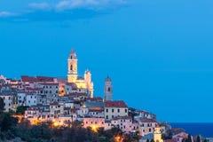 Cervo,利古里亚,意大利老镇,当美丽的巴洛克式的教会和塔响铃出现从五颜六色的房子, illumin 免版税库存照片