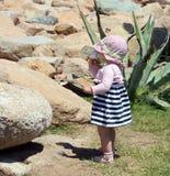 口岸的小逗人喜爱的白肤金发的女孩在波尔图Cervo。撒丁岛 免版税库存照片