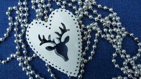 Cervo branco das decorações do Natal, grânulos de prata, fundo azul imagens de stock royalty free
