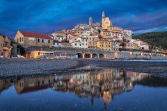 Cervo stad die in water bij schemer nadenken, Ligurië, Italië Royalty-vrije Stock Foto's