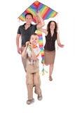 Cervo volante di inizio dei genitori e del figlio immagini stock