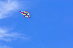 Cervo volante su cielo blu Fotografie Stock Libere da Diritti