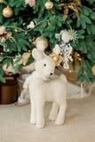 Cervos brancos do brinquedo do Natal no fundo dos presentes e das árvores de Natal Foto de Stock Royalty Free