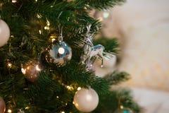 Cervos do brinquedo do Natal na árvore de Natal Brinquedo elegante do ano novo no ramo imagens de stock royalty free