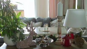 Cervos interiores na tabela, vela do brinquedo, com uma lanterna elétrica, uma lâmpada video estoque