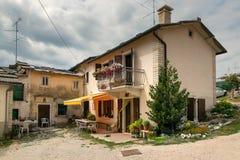 Cescatto Włochy, Sierpień, - 22, 2017: Dom z patiem od górskiej wioski Włochy Obraz Stock