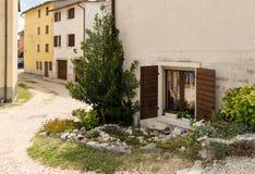 Cescatto Włochy, Sierpień, - 22, 2017: Dom z patiem od górskiej wioski Włochy Obrazy Stock