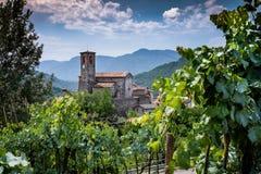 Ceserana y la fortaleza medieval, Garfagnana, Toscana, Italia Foto de archivo