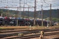 Ceska Trebova, R?publique Tch?que - 20 4 2019 : Chariots de train pour transporter des voitures Jonction ferroviaire et gare ferr images libres de droits