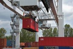 Ceska Trebova, Tschechische Republik - 20 4 2019: Containerzugterminalfirma METRANS Kräne für ladende Behälter Gleis stockfotografie