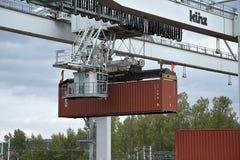 Ceska Trebova, Tschechische Republik - 20 4 2019: Containerzugterminalfirma METRANS Kr?ne f?r ladende Beh?lter Gleis lizenzfreies stockbild