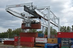 Ceska Trebova, Tschechische Republik - 20 4 2019: Containerzugterminalfirma METRANS Kr?ne f?r ladende Beh?lter Gleis stockfotografie