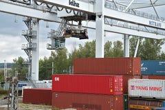Ceska Trebova, Tschechische Republik - 20 4 2019: Containerzugterminalfirma METRANS Kr?ne f?r ladende Beh?lter Gleis lizenzfreie stockfotos