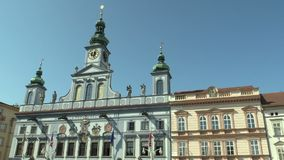 Ceske Budejovice Tjeckien, September 2, 2018: Stad- och stadshusbyggnad med platsen av kommunen arkivfilmer