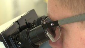 Ceske Budejovice, Tsjechische Republiek, 2 September, 2018: Het wetenschappelijke onderzoek van het microscooplaboratorium met mo stock videobeelden
