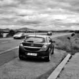 Ceske Stredohori, République Tchèque - 12 août 2017 : la voiture noire Opel Astra H se tiennent prêt la route entre les champs pe Photographie stock libre de droits